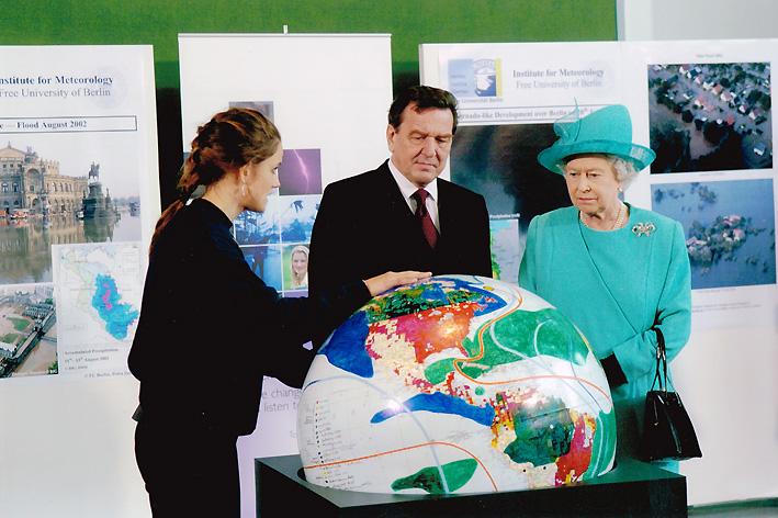 Im Kanzleramt beim Besuch der Queen 2005