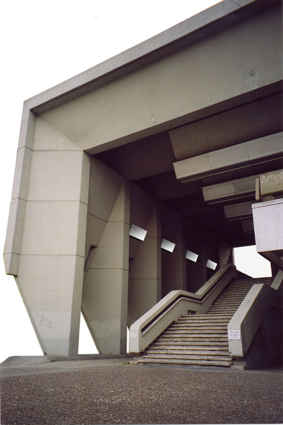 Faltdach und Aufgang zum Gebäude. Positionen der Lautsprecher.